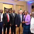 Le GM Kasparov avec le Président du Conseil national des sports et l'Honorable Ministre le Dr Fenella Mukangara et les membres du Comité directeur de l'Association tanzanienne des échecs.