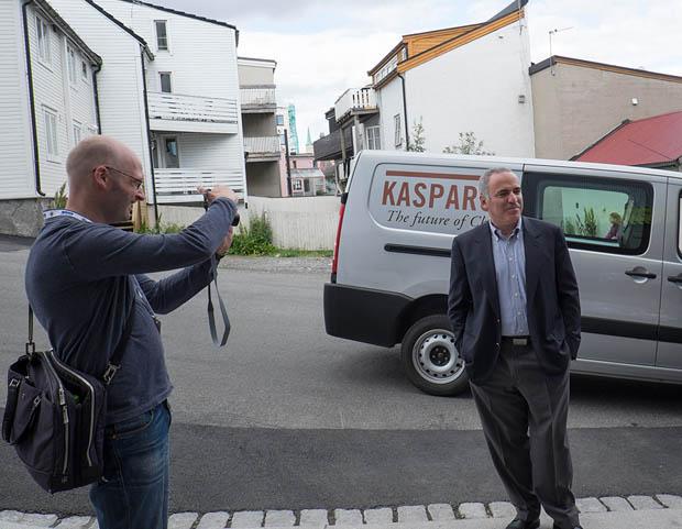 """Une photo pour un journaliste après la conférence DRIL, en face d'une """"Garrymobile"""". Mais, comme d'habitude, Kasparov a préféré marcher, ce qui est aisé pour à peu près n'importe quelle destination ici à Tromsø."""