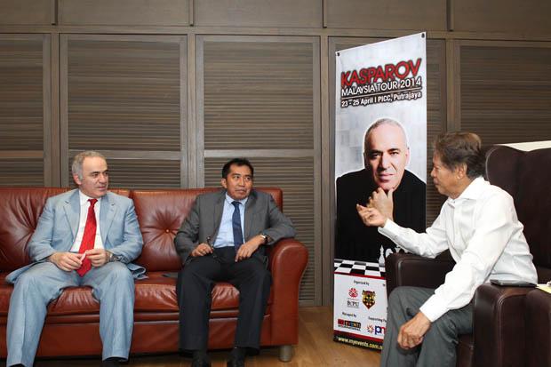 Garry and Datuk Ibrahim Ahmad, Director General MARA with Tan Sri Ramli Ngah Talib, President of the Malaysian Chess Federation