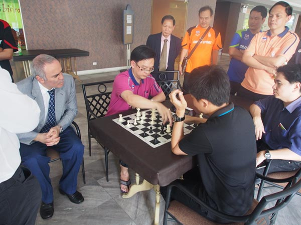 Kasparov watches as the players played a ASEAN Chess Blitz game.
