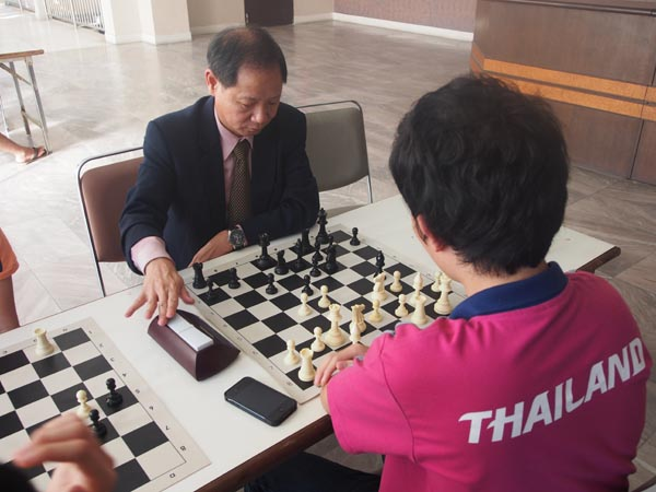 FIDE General Secretary enjoying blitz games with some of the players.
