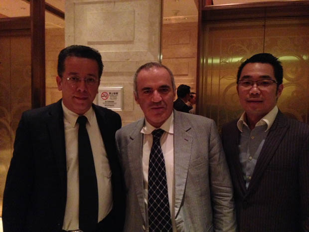 Macau 01: Mr Jose Tavares, Kasparov and Mr Raymond Cheung, a young tycoon with diversified businesses and being groomed by the authorities to lead the Macau Chess Association next year.