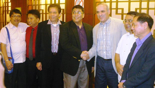 NCFP Chairman/President Prospero A. Pichay Jr. (center, shaking hands with Kasparov) officially welcomes GM Garry Kasparov (From far left Judge Gonzalo Mapili, GM Jayson Gonzales, GM Eugene Torre, Congressman Neri Javier Colmenares, and Ignatius Leong.