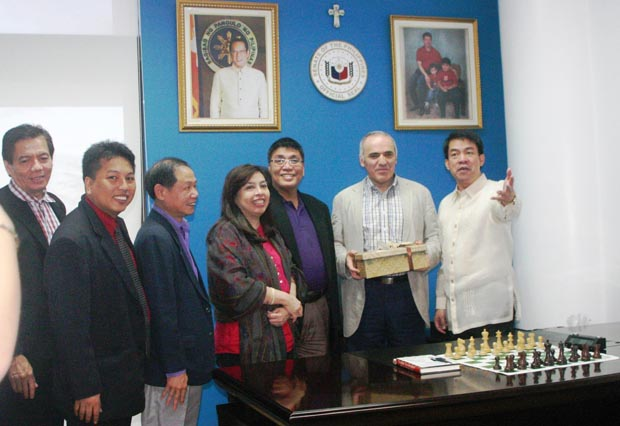 "Philippine Senator Aquilino ""Koko"" Pimentel III (extreme right) presents his gift to GM Kasparov (Far left GM Torre, GM Gonzales, Ignatius Leong, and Senator Pimentel's Lawyer Sister and his chief of staff."