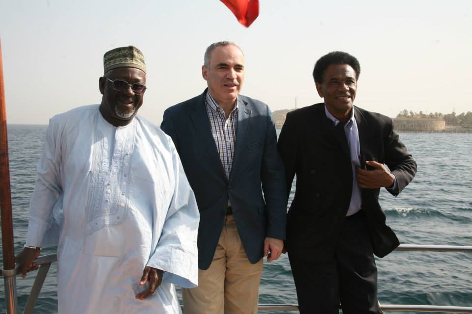 Garry Kasparov on the presidential boat heading to the island of Gorée together with Mr. Antouman NJIE (left) and Boubakar DIALLO (right), respectively presidents of the federations of Gambia and Senegal.