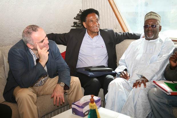Garry Kasparov, President Boubakar Diallo (Senegal) and President Antouman NJIE on the way to Goree Island
