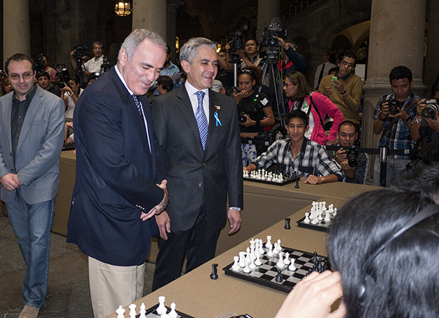 Garry getting a few simul tips from Mexico City mayor Miguel Ángel Mancera. (GM Nikola Mitkov, a visiting trainer sent by KCF, on the left.)