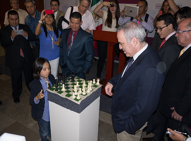 A challenger arises! A surprise guest at the Congress was the age group champion of Mexico City for an impromptu game of blitz with the former world champion. To Kasparov's right is the very impressive young Congressman Zárate, who is spearheading the chess in education campaign in parliament.