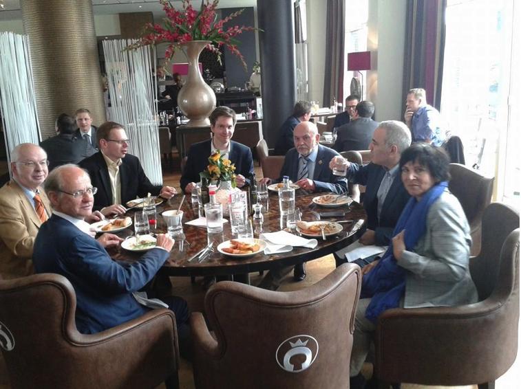 Left to right: Horst Metzing, Jan Callewaert, Olivier Jeitz, Jan Suer, Günter Delhaes, Garry Kasparov and Catherine Rapaire.